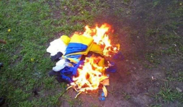 Донеччанина будуть судити за спалення прапора