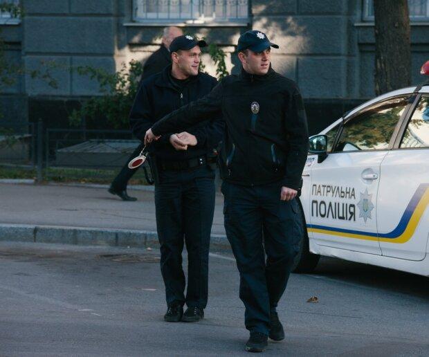 """""""Руки на капот"""" - залиште для Голлівуду: чого категорично не можна робити водіям, якщо зупинила поліція"""