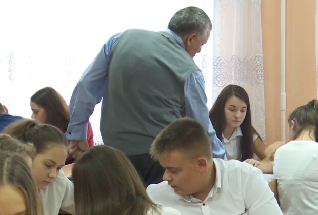 Робота шкіл, кадр з відео