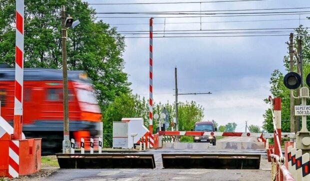 Машини стоять на залізничному переїзді і чекають на поїзд: але це Росія, і є величезний нюанс