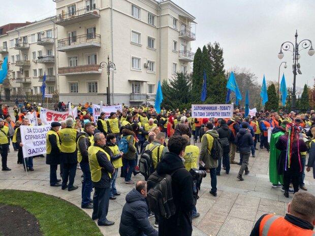 Масштабні протести на залізниці змусили Кравцова згадати про підлеглих: кому дістанеться мільярд
