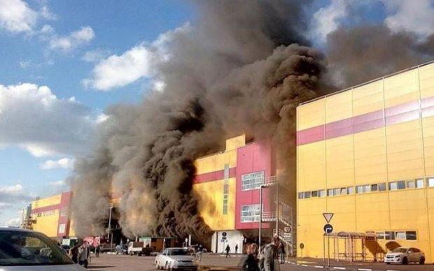 Разрушительный пожар в Москве набирает обороты: трансляция