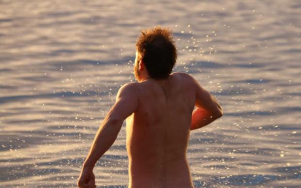 Австралийские нудисты решили удивить Солнце