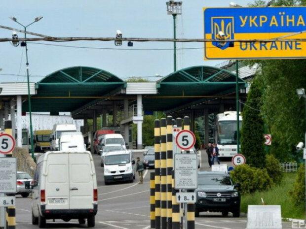 Ледь живі та з пневмонією: українець переправляв через кордон 13 нелегалів у холодильнику