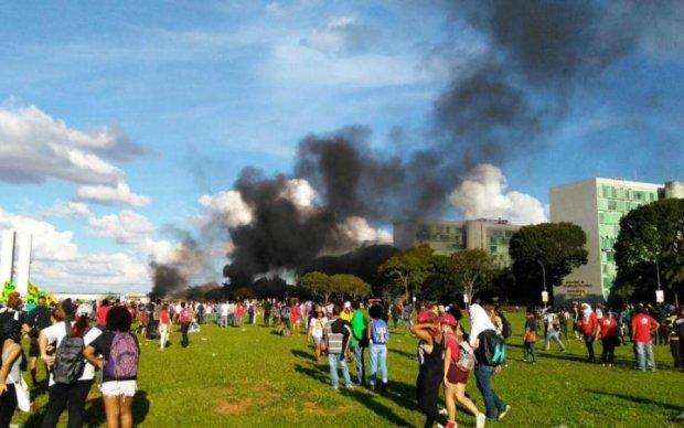 Протестующие сожгли министерское здание: видео