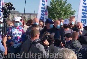 """Під Дніпром агітатор епічно зганьбився на очах натовпу: """"Та пішли ви н**ер!"""""""