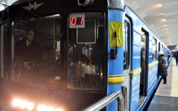 Киевское метро разваливается на глазах, пассажиры в опасности