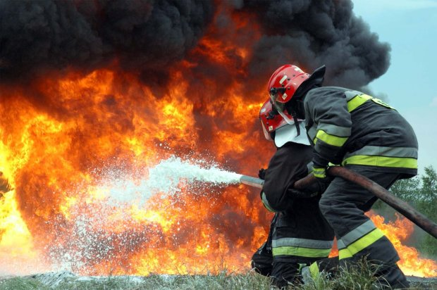 Адское пламя охватило офис в центре Киева: черный дым окутал все, спасатели работали до последнего