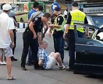 """У Харкові п'яний водій потрапив у ДТП і """"стрибнув"""" на копа - заспокоювали всім районом"""
