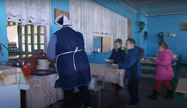 школьная столовая, скриншот из видео