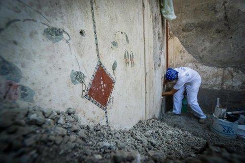 """""""Последнее чудо Помпеев"""": археологи обнаружили фреску с неприличным сюжетом, фото только для взрослых"""