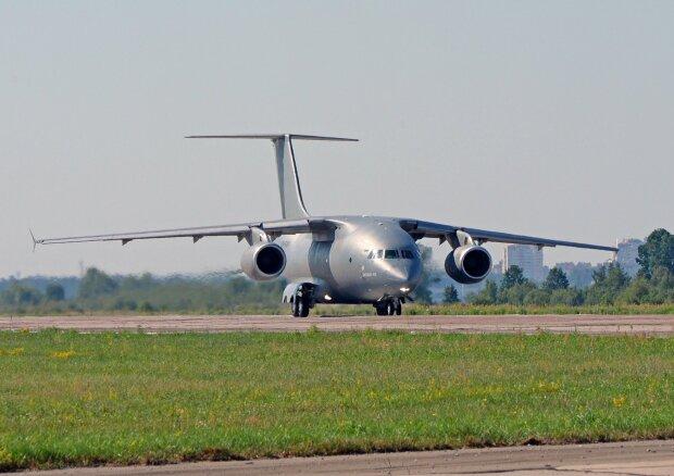 """Украинский """"Антонов"""" впервые за 4 года продал самолет: будет """"служить"""" в обороне далекой страны"""