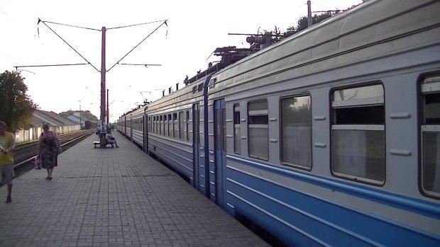 Різали, рвали і трощили: небезпечна банда напала на поїзд з популярним маршрутом