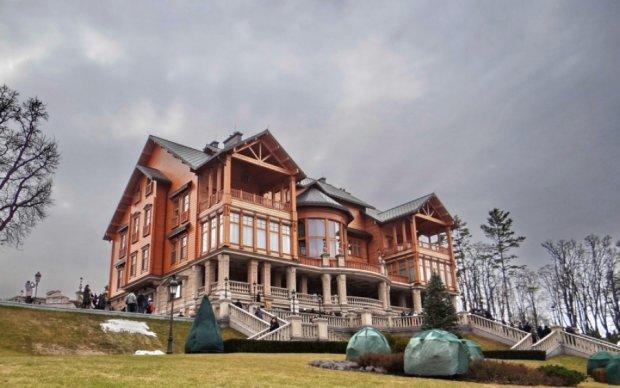 Суд заарештував легендарний будинок Януковича