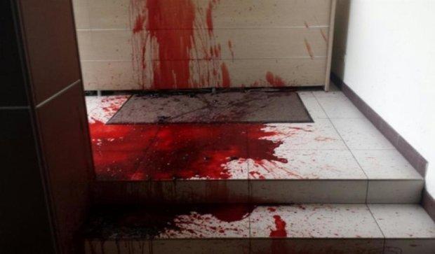 Офіс телекомпанії Ахметова вмився кров'ю (фото)