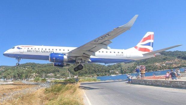 Велетенський літак пролетів просто над головами переляканих туристів: ті навіть ойкнути не встигли, відео