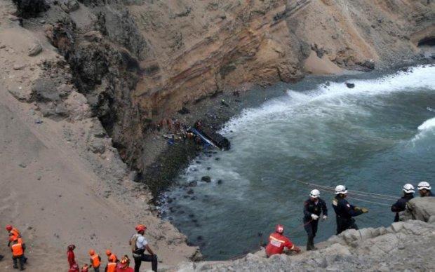Переполненный пассажирский автобус свалился в пропасть, много жертв