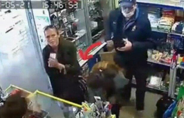 """Злодії, що обікрали дідуся в харківському трамваї, """"відзначилися"""" в магазині, - поцупили гаманець у дівчини"""