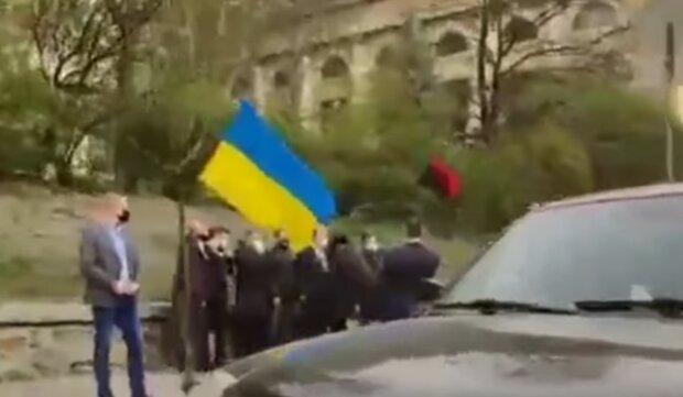Водитель Порошенко нарушил ПДД, скриншот: YouTube