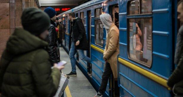 Голим, босим і простоволосим зась: у київську підземку впускатимуть не всіх бажаючих