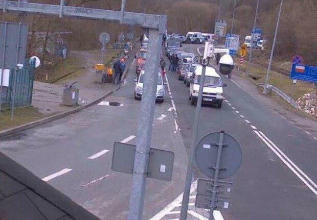На кордоні України з Польщею застрягли 1 500 автомобілів: на митниці пояснили, хто винен