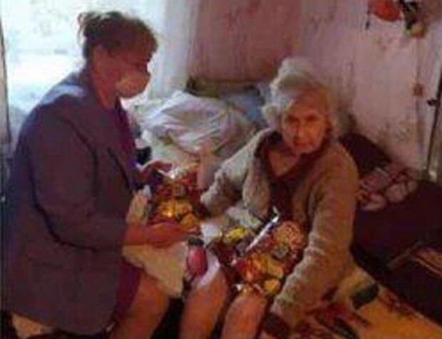 """Замість соціальної допомоги насипали чипсів: українські пенсіонери зустріли оригінальних """"благодійників"""""""