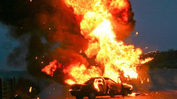"""""""Ще секунда - і ми б вибухнули"""": під Києвом сталася страшна ДТП, незрозумілі сили витягли людей з пекельного полум'я"""