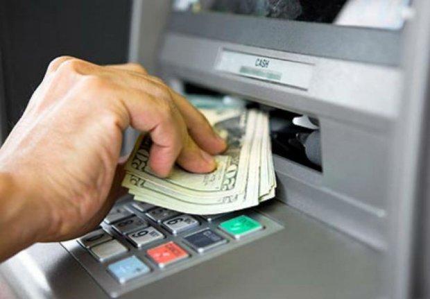 К концу лета Нацбанк разрешит снимать валюту с карточек