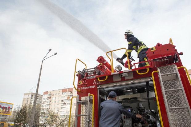 Языки пламени поглотили украинскую школу: видео