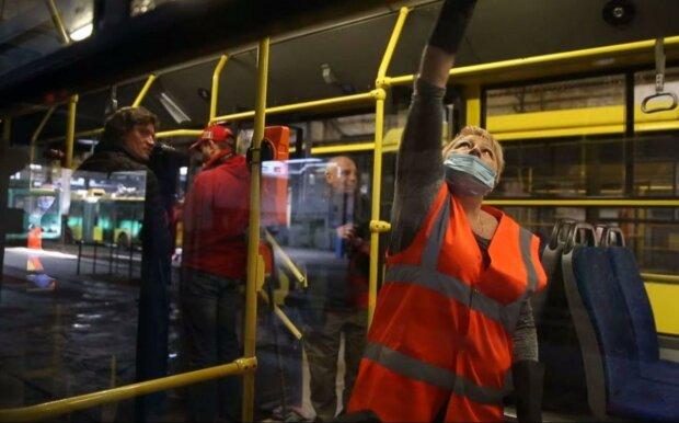 Не менее 4,5 метра и в масках - путь передачи коронавируса в общественном транспорте