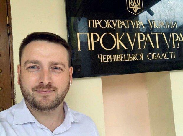 В Черновцах слуга народа Бешлей спустил 50 тысяч на сломанные лавочки и клумбы без цветов