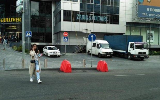 У центрі Києва розверзлася земля