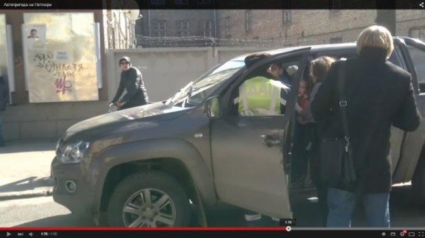 В Рівному на очах 5-річної дитини «даішники» лупцювали батька-водія (відео)