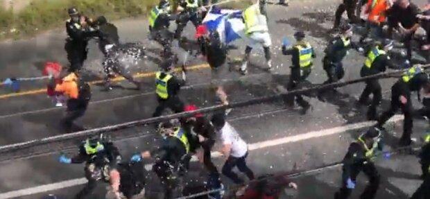 Країну захлеснули масові протести, поліцію закидають камінням: десятки правоохоронців постраждали