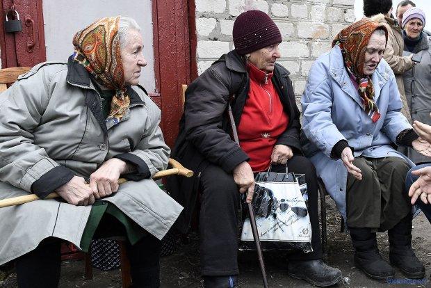 Битва пенсіонерів на смітнику: реальний стан справ в Україні показали одним відео