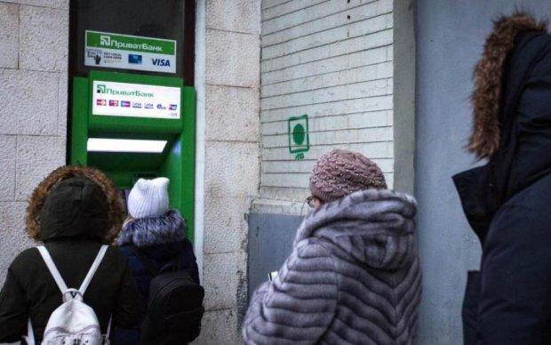 Українці в паніці: з карток ПриватБанку масово зникають гроші