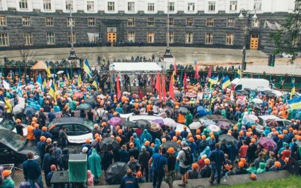 """Відставка Гройсмана, """"євробляхи"""" і димові шашки: акції протесту під Кабміном показали з висоти"""