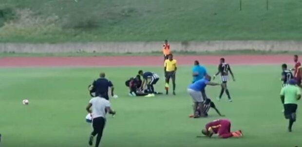 Футбольный матч едва не закончился трагедией из-за удара молнии: видео
