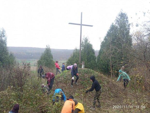 """Юные тернополяне с граблями окружили могилу соратника Бандеры: """"Помолимся"""""""