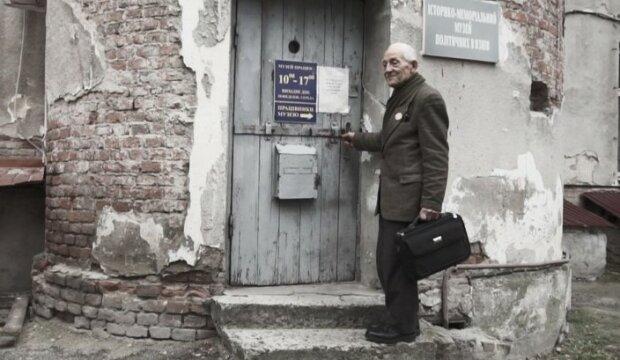"""Тернополянин показав музей у сталінській в'язниці - """"Тут сидів і я"""""""
