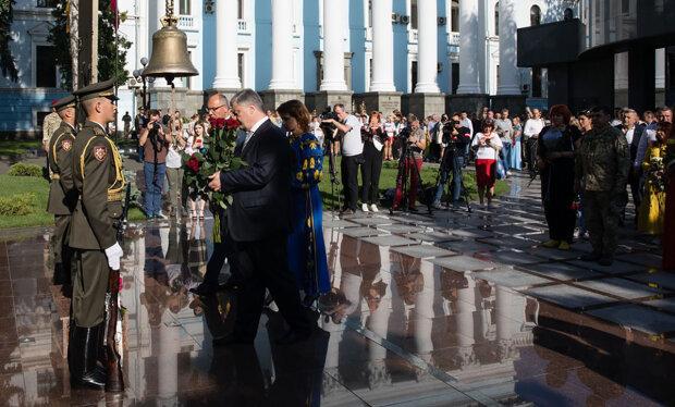 Втекти не вдалося: Порошенка таки засікли на Майдані, красномовне фото