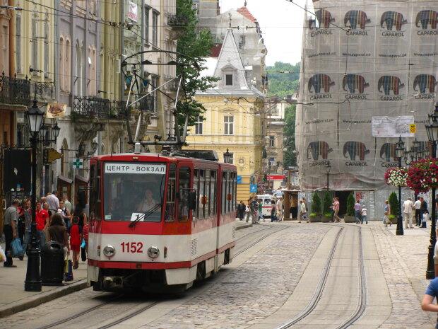 """У Львові """"замінували"""" трамвай, десятки людей терміново евакуювали: """"Шість років за жарт"""""""