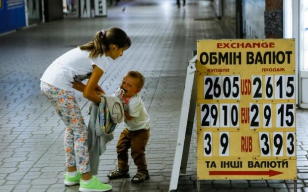 """Украинцы массово """"сбрасывают"""" доллары: что происходит"""