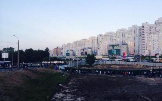 В Киеве возле метро устроили стрельбу, есть пострадавшие