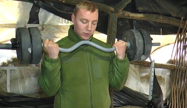 """Український герой віджимається в окопі, сталеві м'язи: """"З мрією і кулі не страшні"""""""