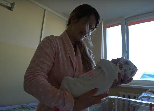 мать и ребенок, скриншот из видео