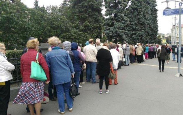 Несанкционированный митинг: сеть поразила крымская очередь