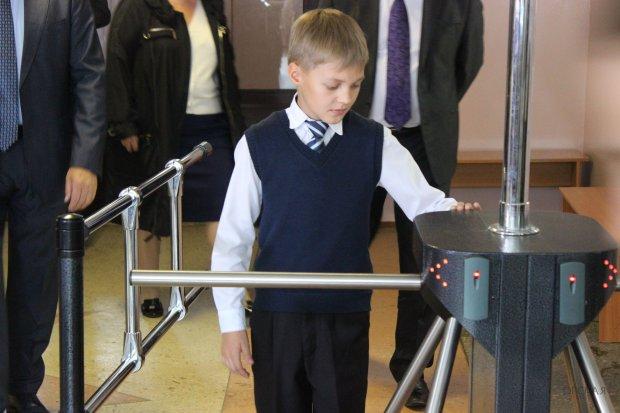 Вхід за перепустками та відеоспостереження: теракт у Керчі змусив київських чиновників подбати про дітей