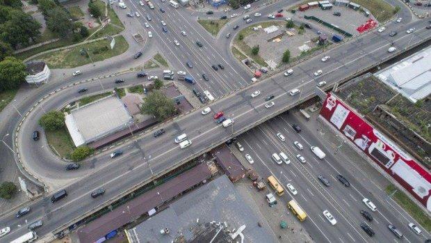 Ремонтують чи демонтують? Біля Шулявського моста помічена будівельна техніка, місцеві жителі розкрили суть