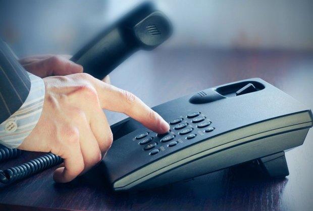 Не фіксики: несподівана знахідка всередині телефону приголомшила чоловіка, він вирішив зняти відео